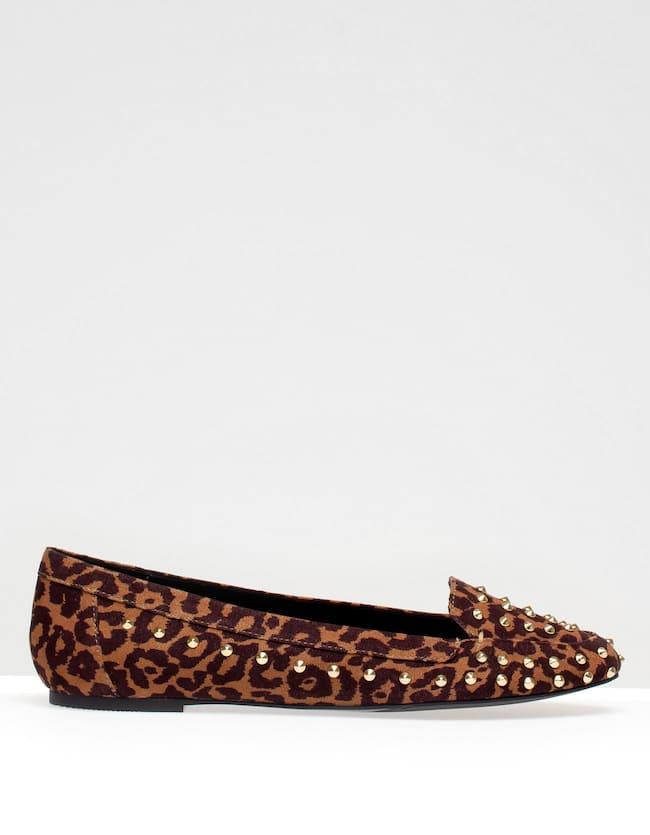Zapato plano leopardo con tachas