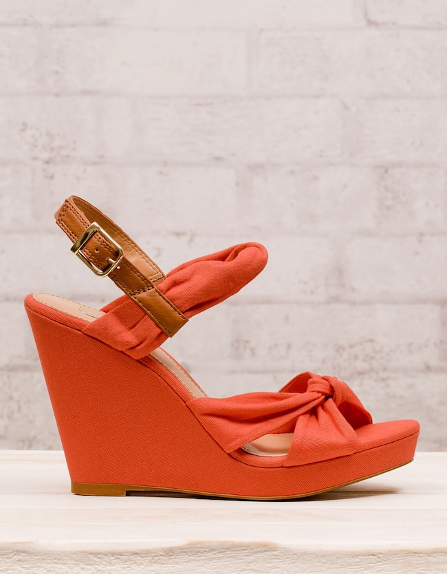 Textile wedges with twist