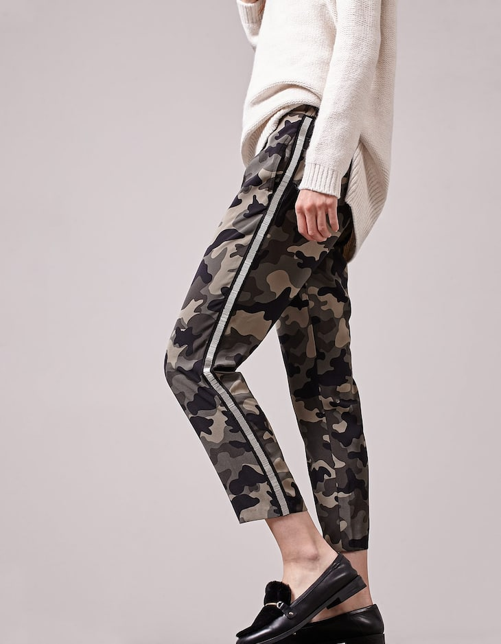 Camouflage print loose-fitting trousers