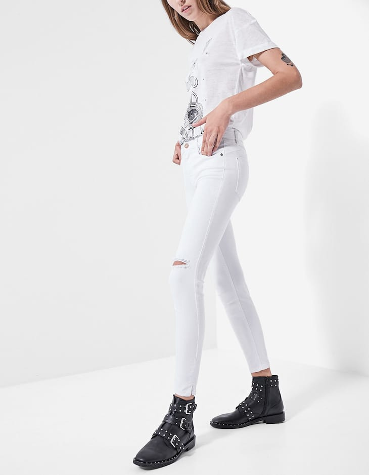 Trousers with hem slits