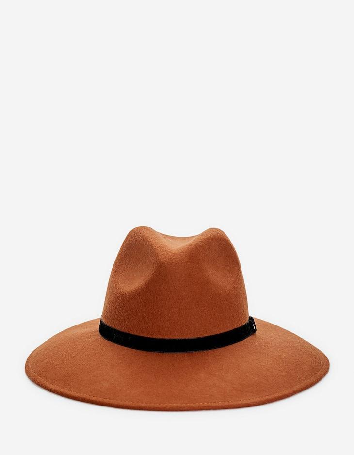 Шляпа с бархатной деталью