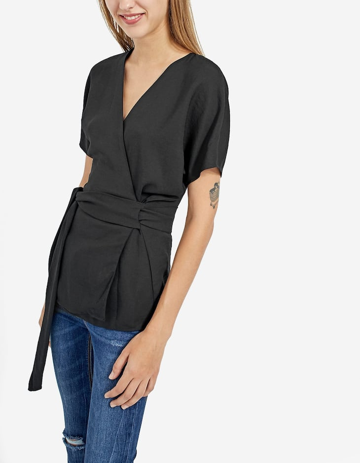 Short sleeve shirt with a crossed front