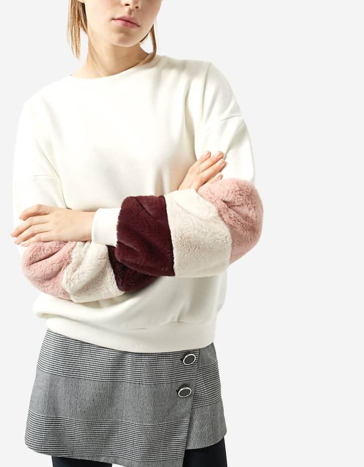 Sweatshirt with faux fur