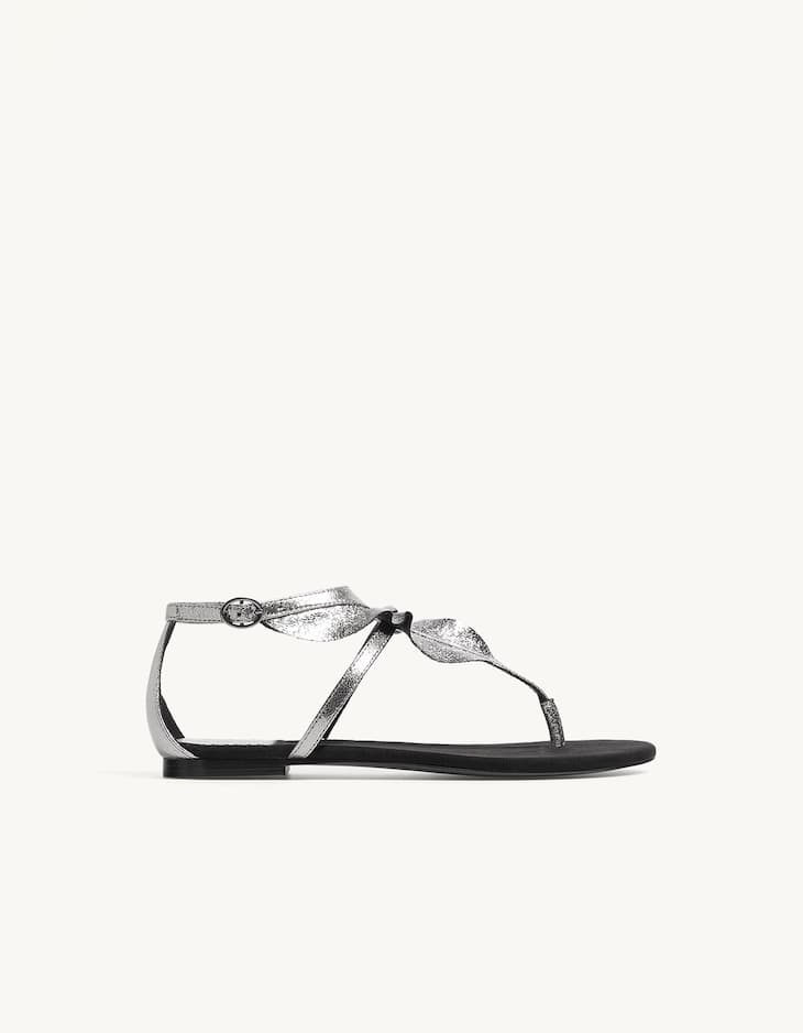 Flat sandals with toe ring