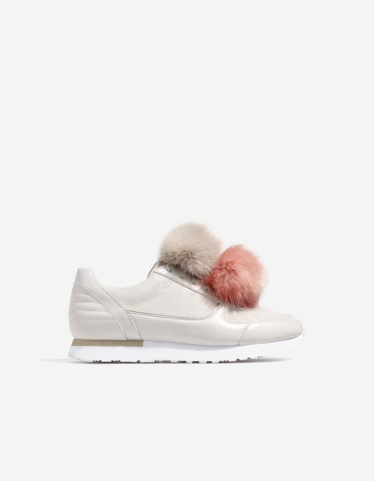 Sneakers with contrasting pompoms