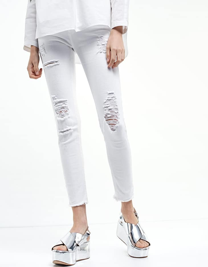 Skinny fit jeans with frayed bottoms