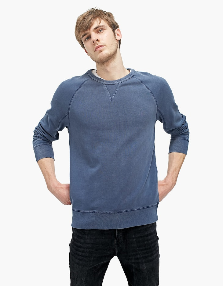 Crew neck sweatshirt with topstitching and pocket