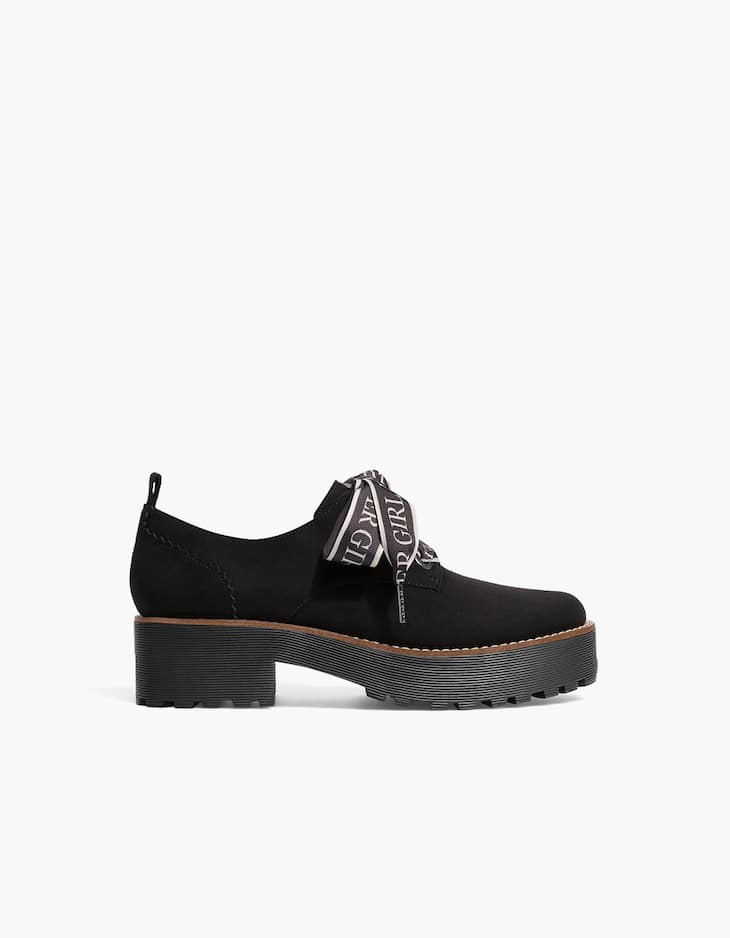 Derby shoes with slogan laces