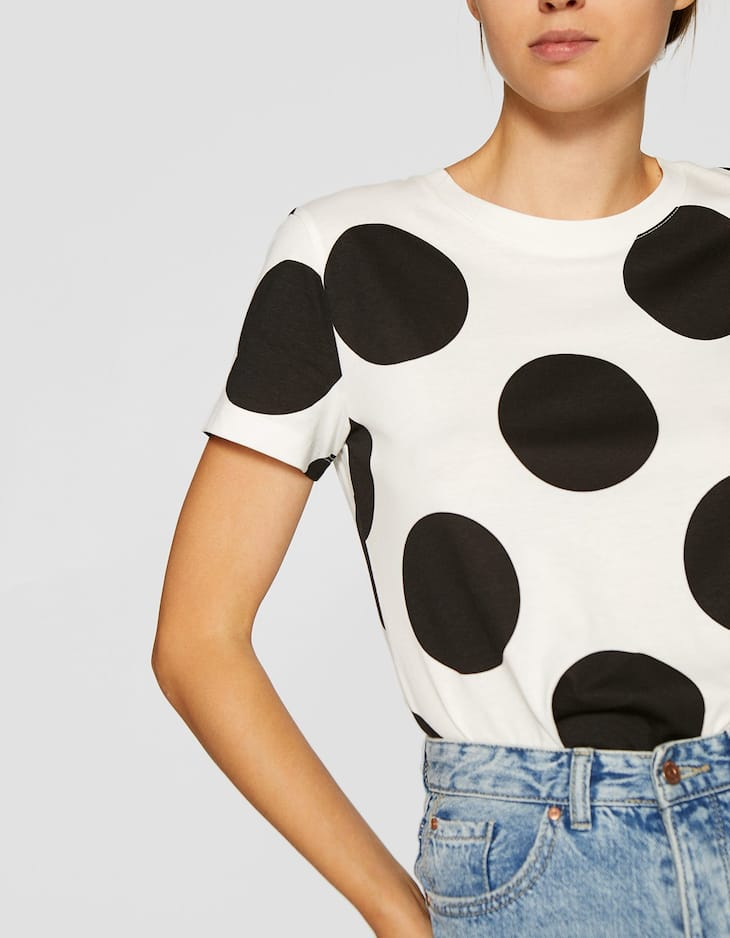 Short sleeve T-shirt with large polka dots
