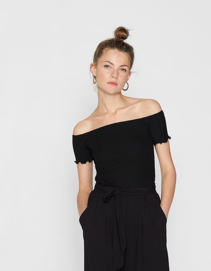 Off-the-shoulder T-shirt with scalloped trims