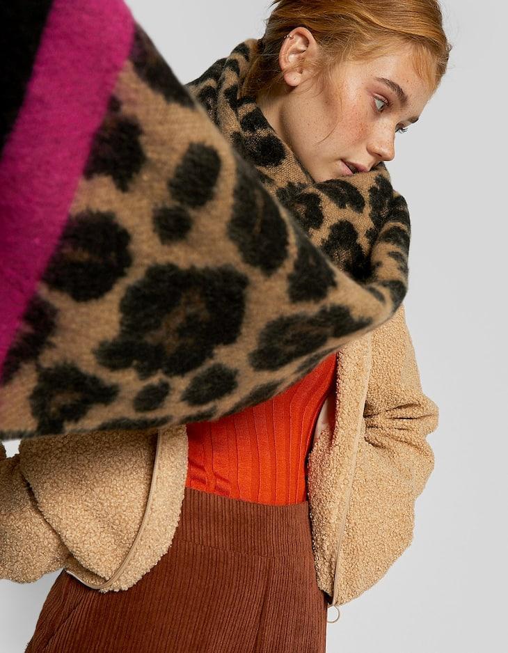 Шарф с леопардовым принтом и деталью цвета фуксии