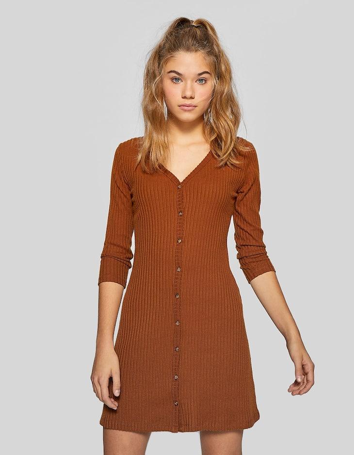 Kleid im Rippenstrick mit Knöpfen
