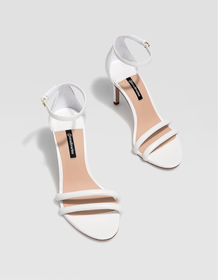 Beyaz ince topuklu sandalet