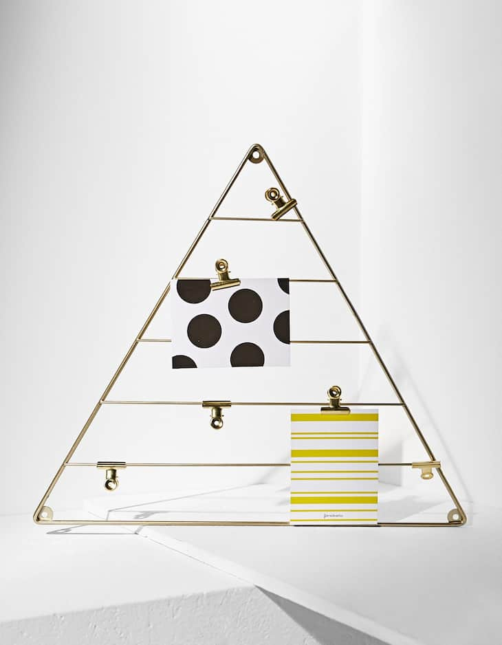 Metal triangle wall hanger