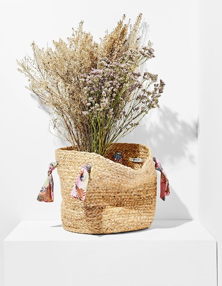 Straw bag with tropical print handles