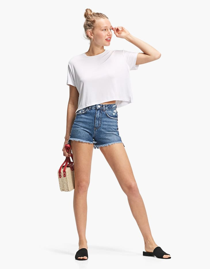 High waisted shorts with a side stripe