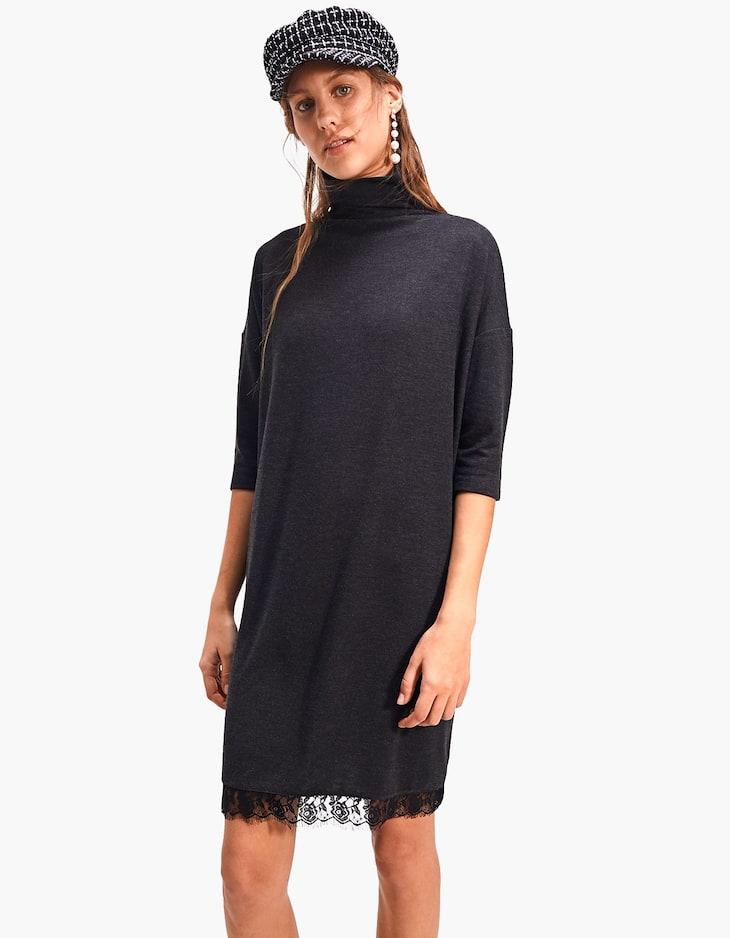 Kleid mit Rollkragen und Spitze am Saum