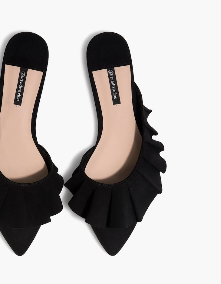 Mules with ruffle trims