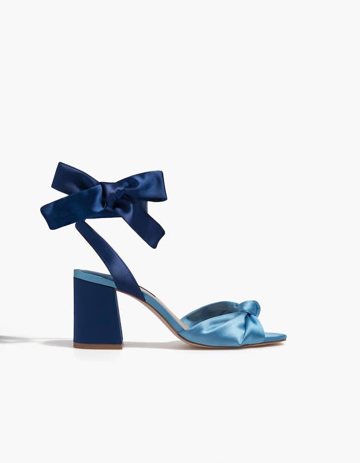 Kombinierte Sandale mit Satin