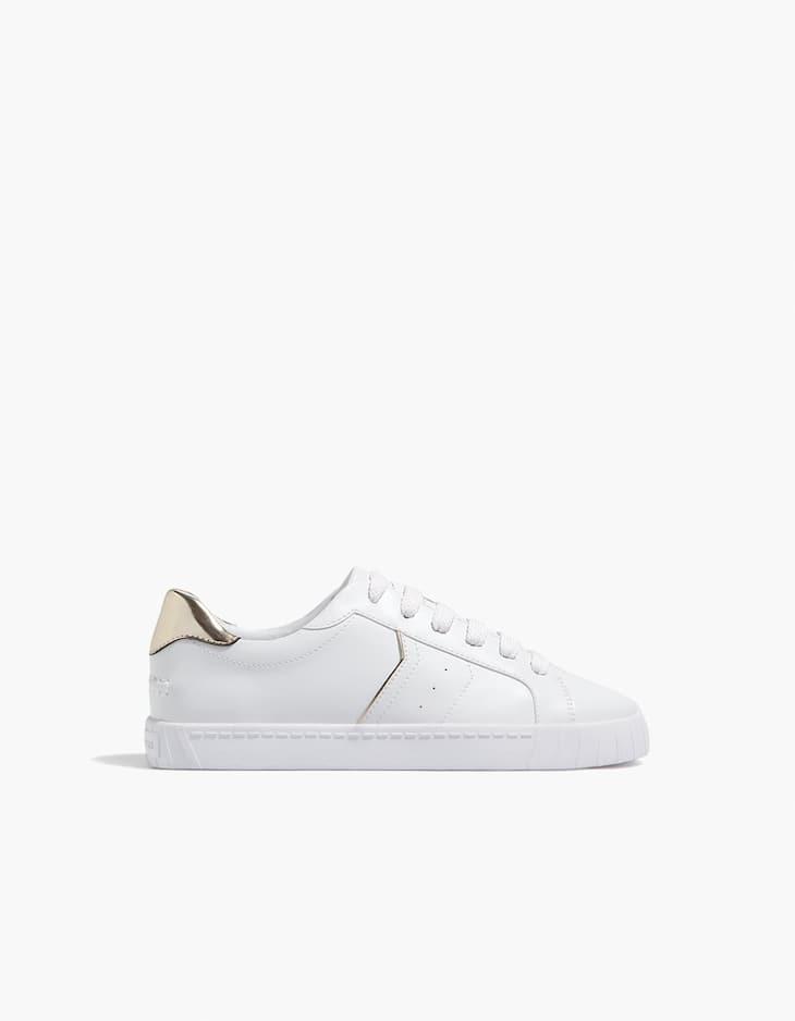 Weißer Schuh mit Fersendetail