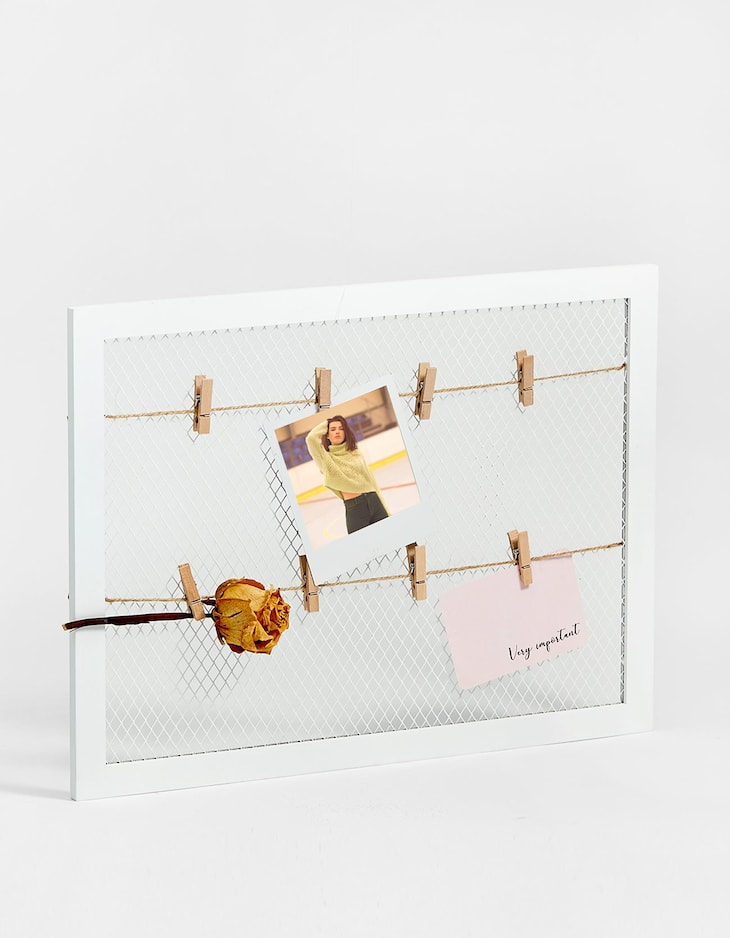 Grille photo frame with pegs
