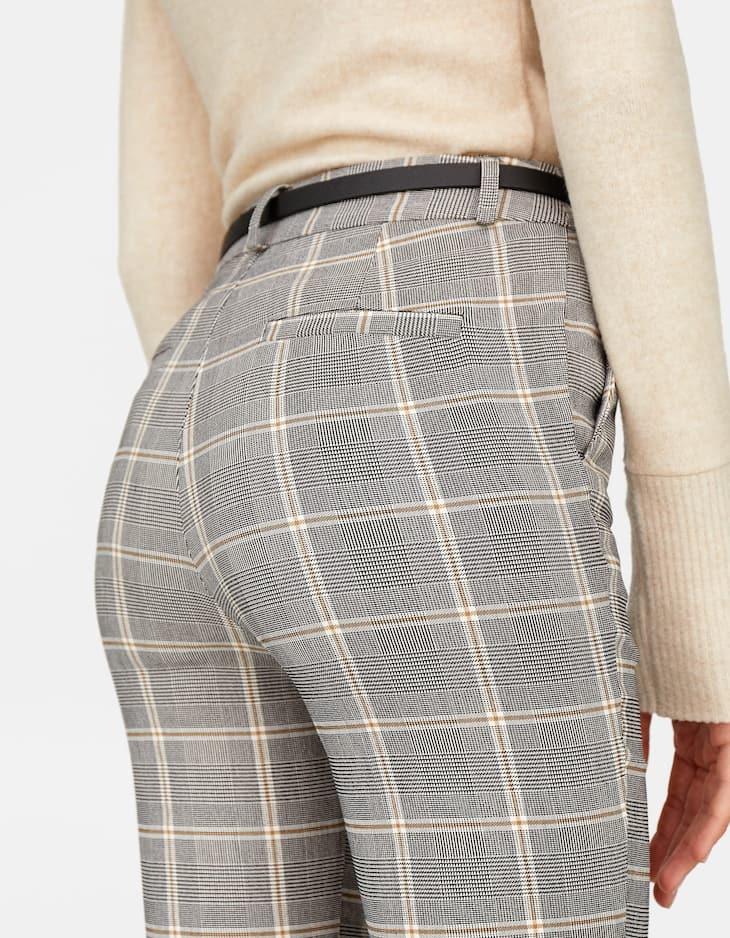 Elegante Hose mit Gürtel mit Karomuster