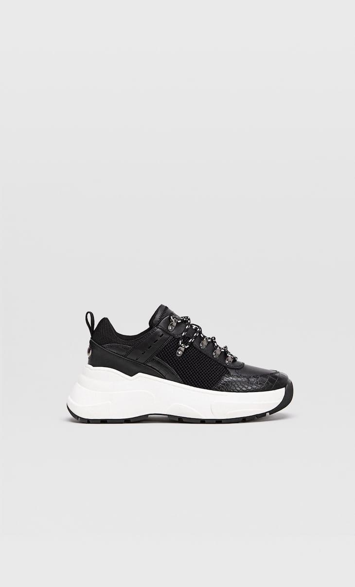 Кроссовки на объемной подошве и с черными деталями