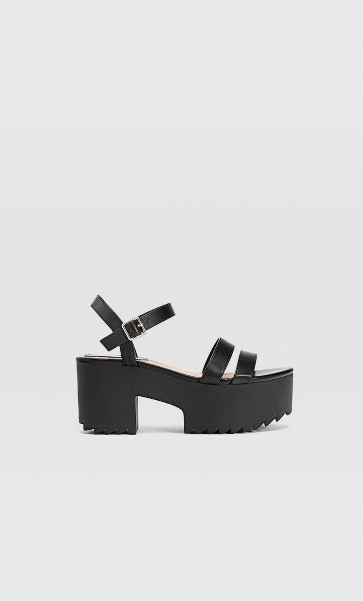 Черные сандалии на платформе