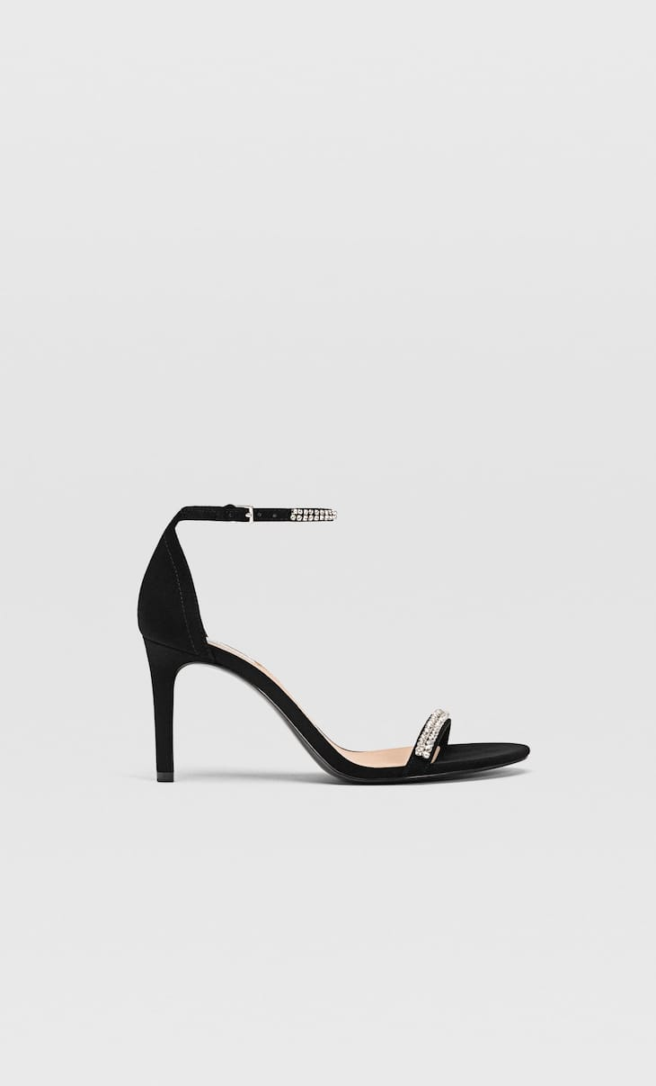 Sandales à talon aiguille et détail bijou