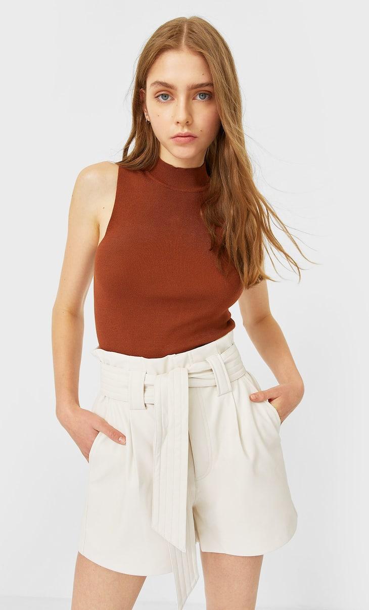 Shorts aus Kunstleder mit Gürtel