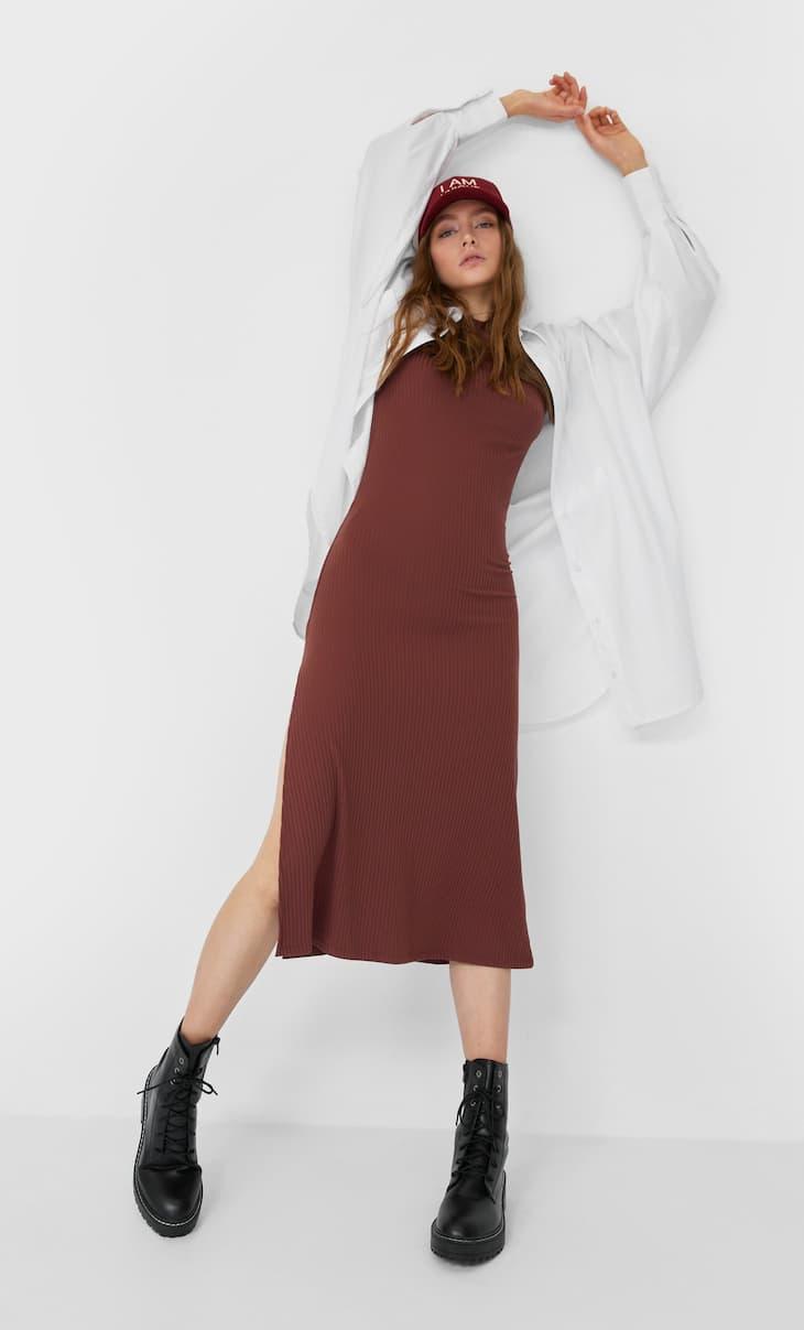 שמלה באורך midi עם שרוולים קצרים ושסע