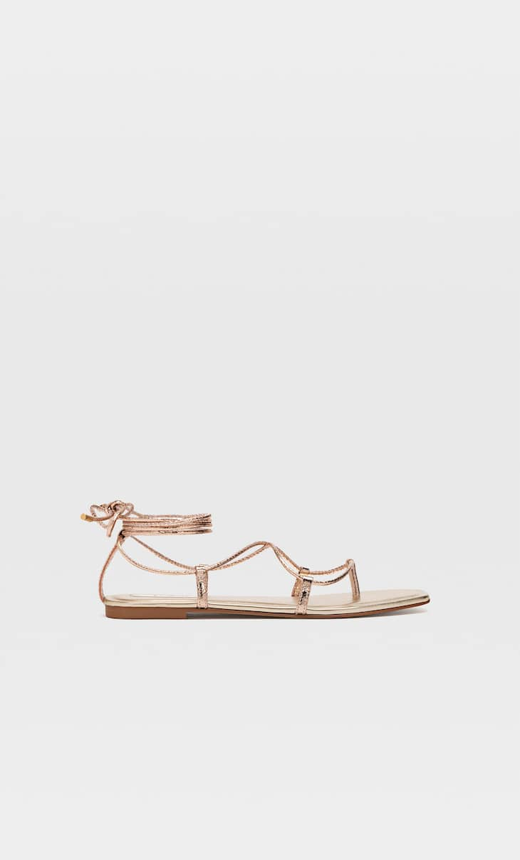 Flat sandals with tied thin straps