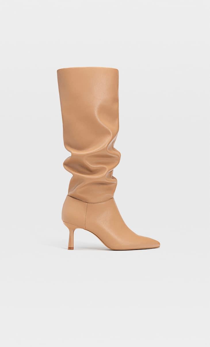 Сапоги с приспущенным широким голенищем на высоком каблуке