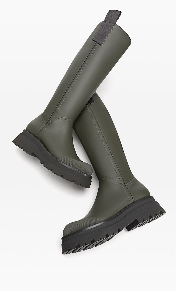 Flat boots with slanted sole