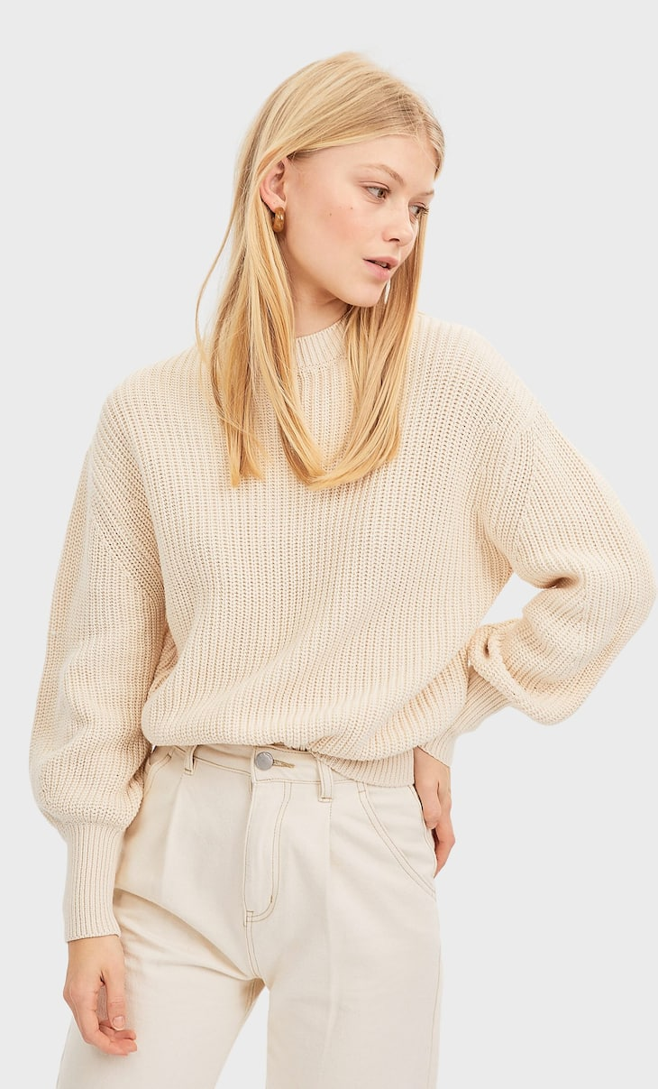 Round neck sweater with balloon sleeves.