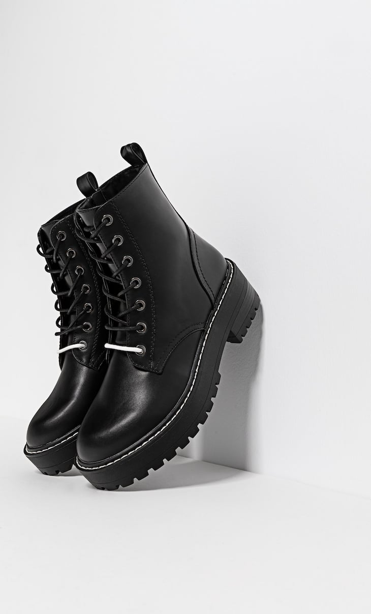 Flat ankle boot with double laces