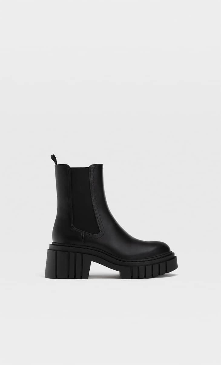 Sepatu bot semata kaki ketat dengan sol tebal