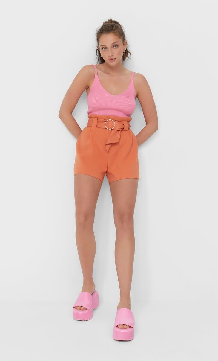 Shorts con pince e cintura