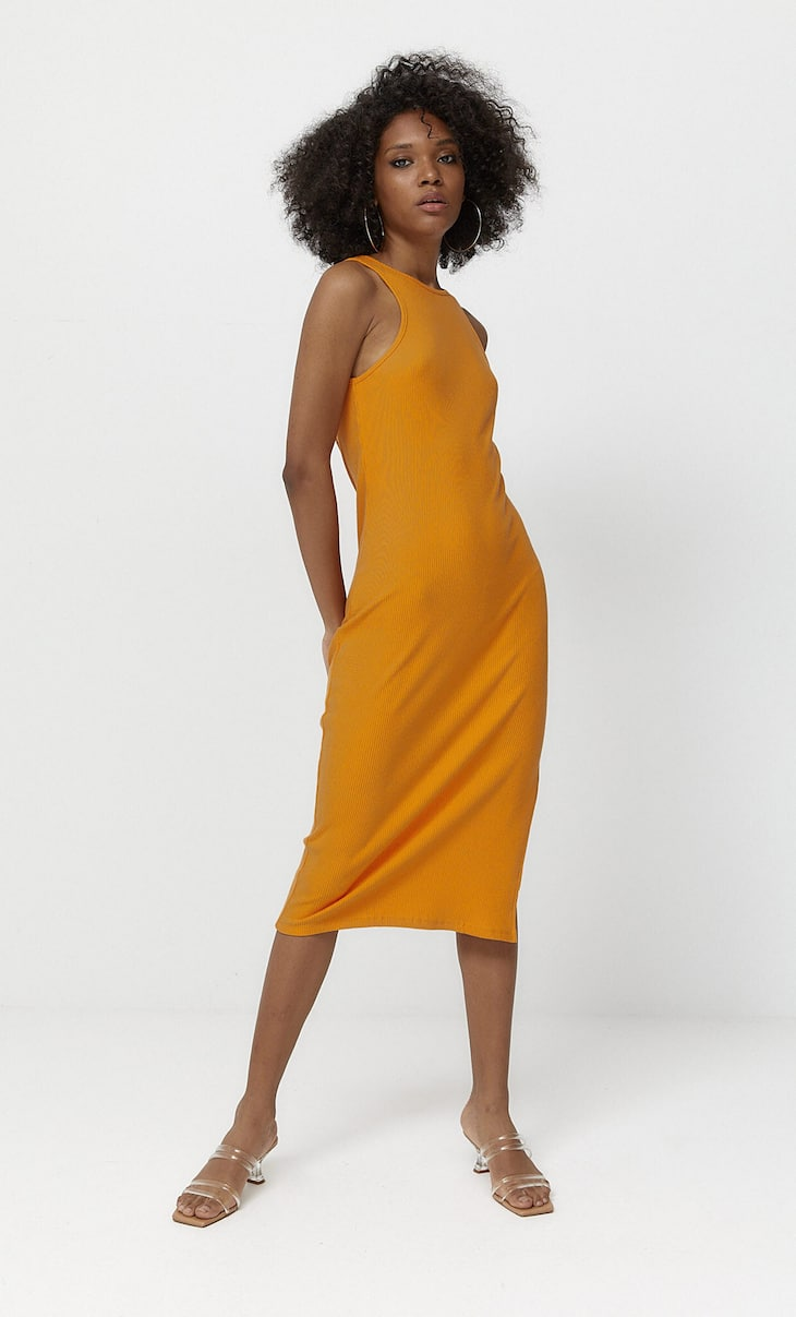 Sukienka średniej długości z dekoltem halter