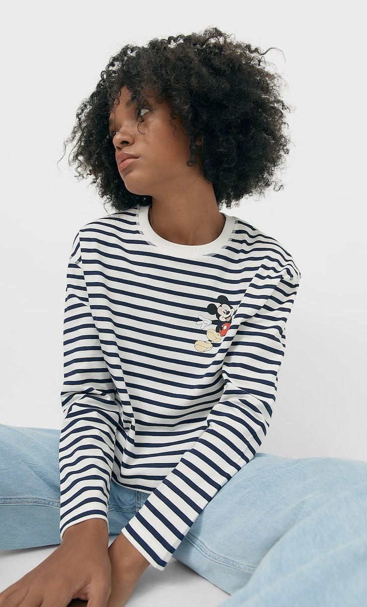 Kaus bergaris-garis dengan tambalan