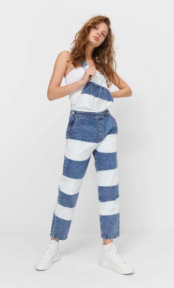Jeans-Latzhose mit Tie-dye-Print