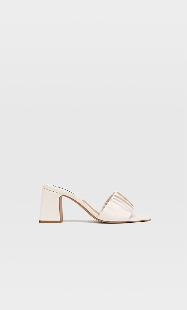 Büzgülü bantlı topuklu sandalet