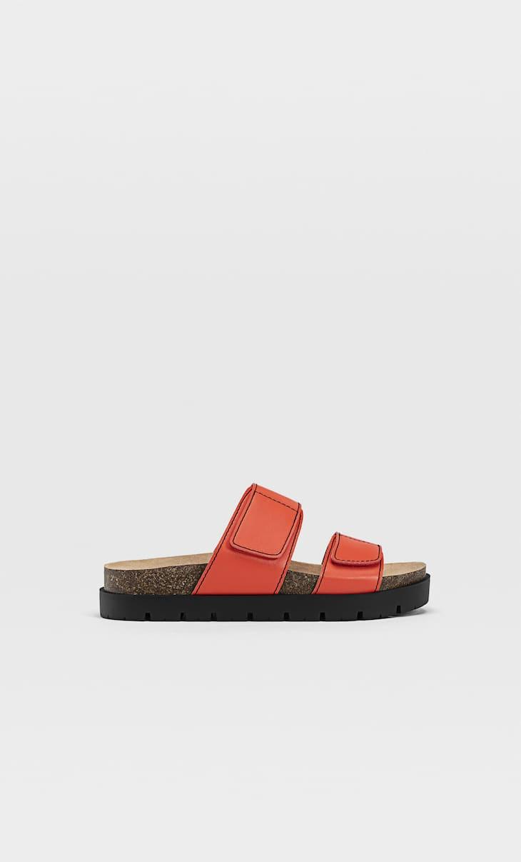 Flache Sandalen mit Überfußriemen